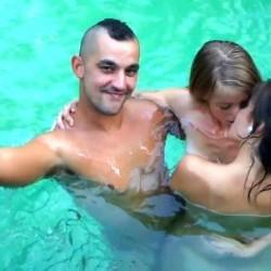 De fiesta con mis amigos en la piscina. Estrella y Ra�l han visto mi v�deo :-)