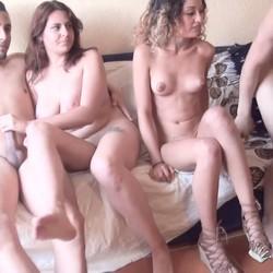 Beatriz (18) y Scarlet (19), CASI VIRGENES (y algo bisexuales) quedan para intercambiar a sus parejas. SU PRIMER INTERCAMBIO.